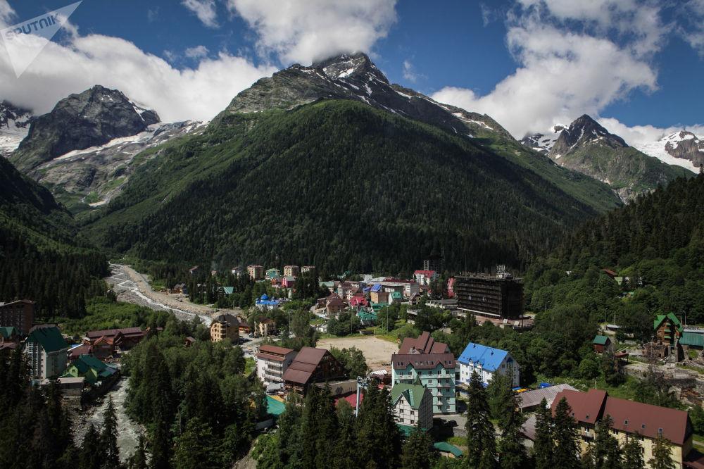 Dombaj jako centrum zimowego sportu narciarskiego jest jednym z najpopularniejszych miejsc w Rosji.