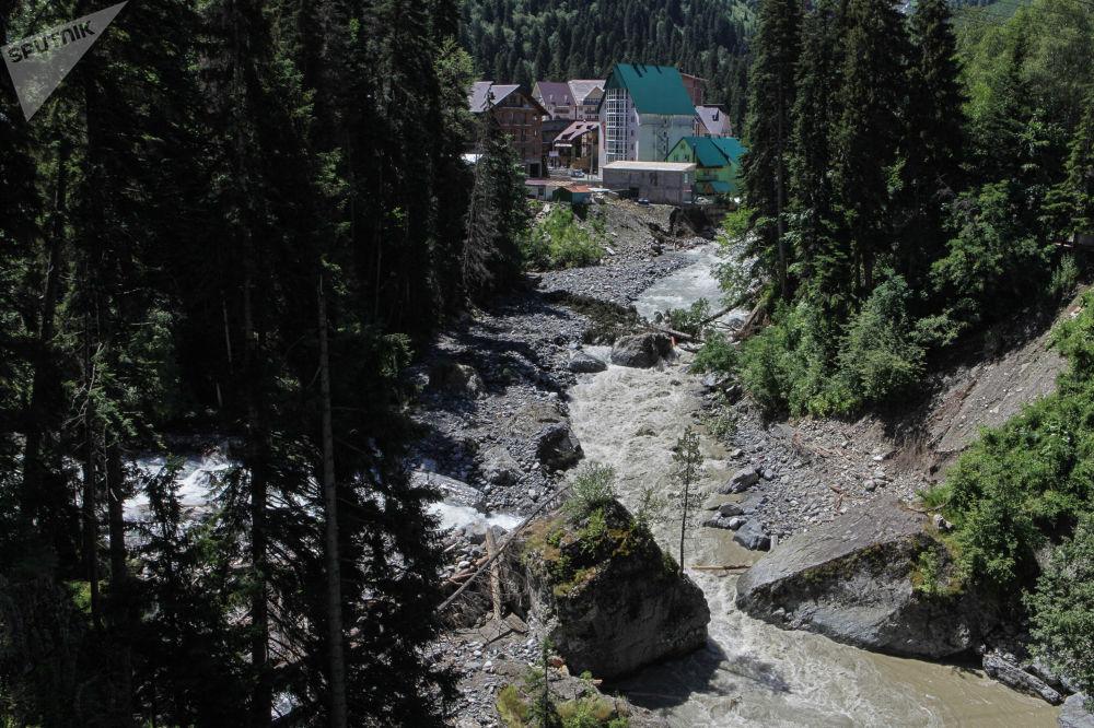 Latem można udać się na spacer od Dombajskiej Polany do Czuczhurskich wodospadów. Z nich rozciąga się wspaniały widok na szczyty i lodowce Głównego Grzbietu Kaukaskiego, których nie da się ujrzeć z Dombajskiej Polany.