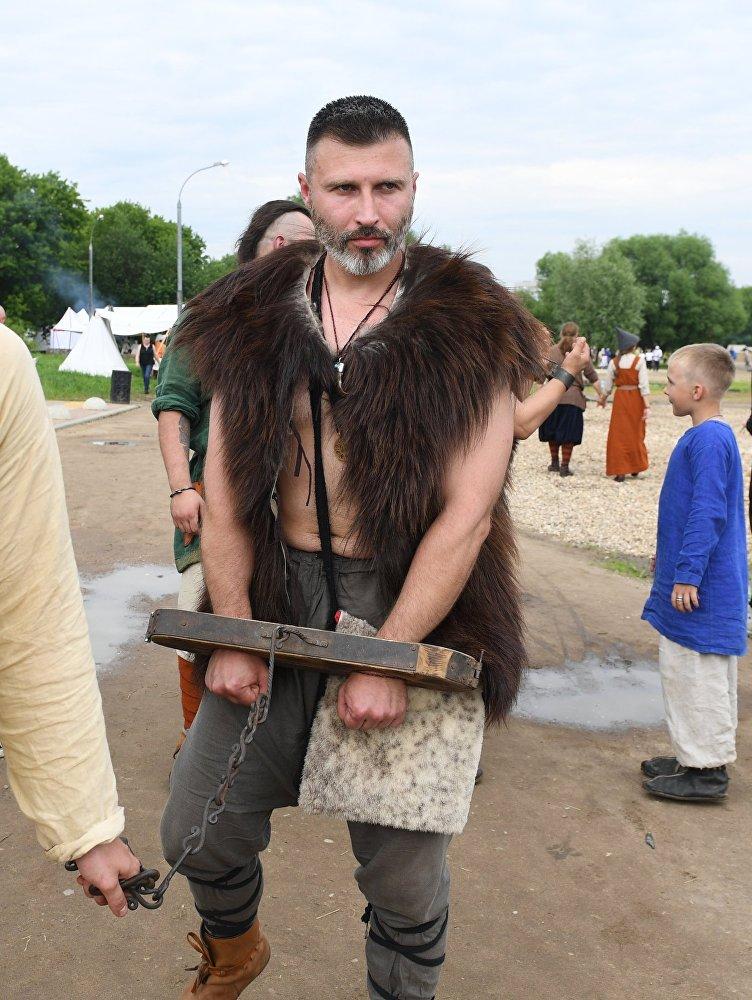 Uczestnik w obozie rekonstruktorów podczas festiwalu Bitwa tysiąca mieczy. Ragnarök 2017 w moskiewskim parku Kolomienskoje.