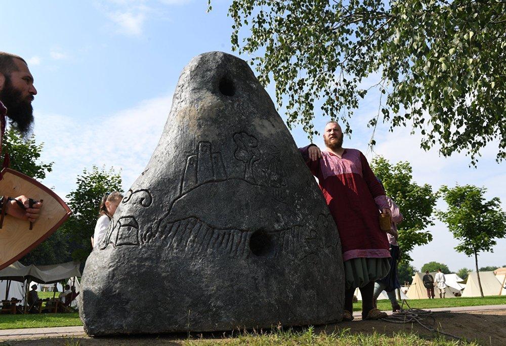 Uczestnik festiwalu Bitwa tysiąca mieczy. Ragnarök 2017 w moskiewskim parku Kolomienskoje.