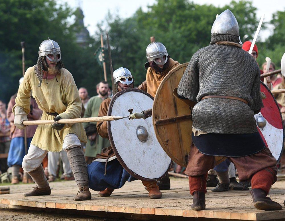Uczestnicy Walki piątek podczas festiwalu Bitwa tysiąca mieczy. Ragnarök 2017 w moskiewskim parku Kolomienskoje.