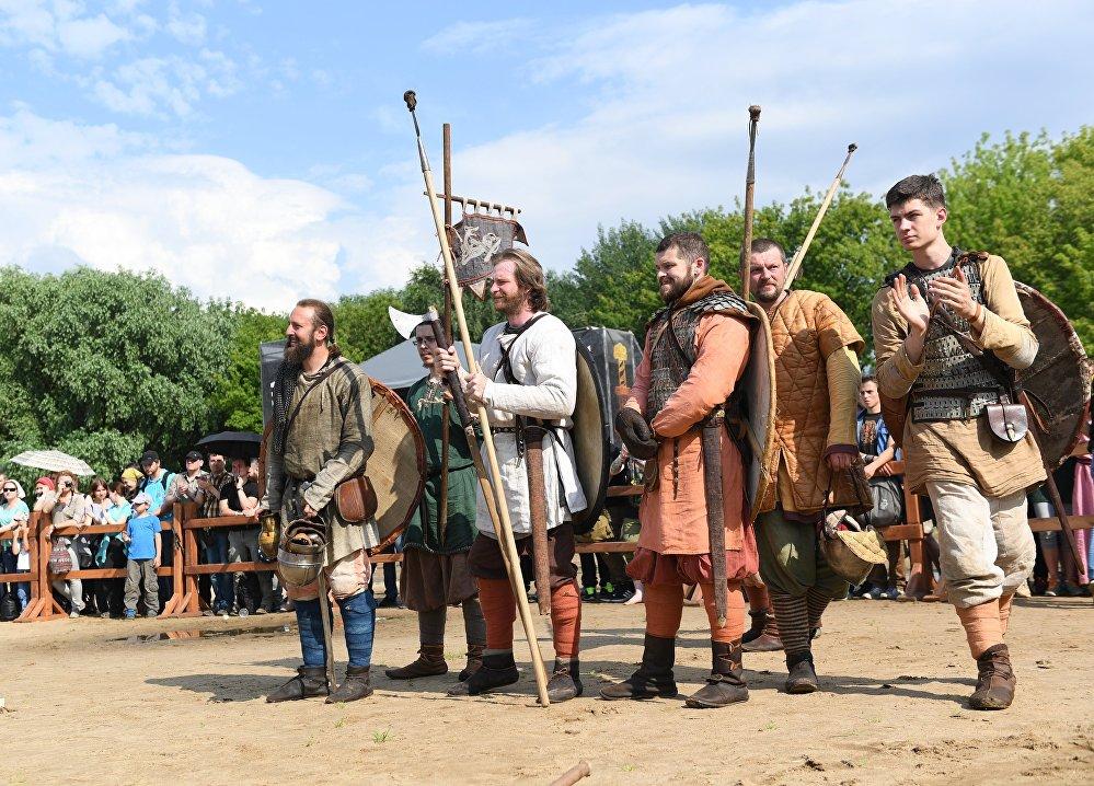 Uczestnicy festiwalu Bitwa tysiąca mieczy. Ragnarök 2017 w moskiewskim parku Kolomienskoje.