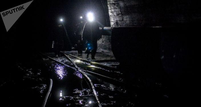 Górnicy w kopalni