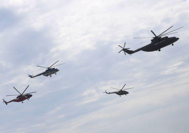 Helikoptery Mi-26, Mi-8, Mi-38 i Mi-28N podczas ćwiczeń przed otwarciem Międzynarodowego Salonu Lotnictwa i Przestrzeni MAKS-2017