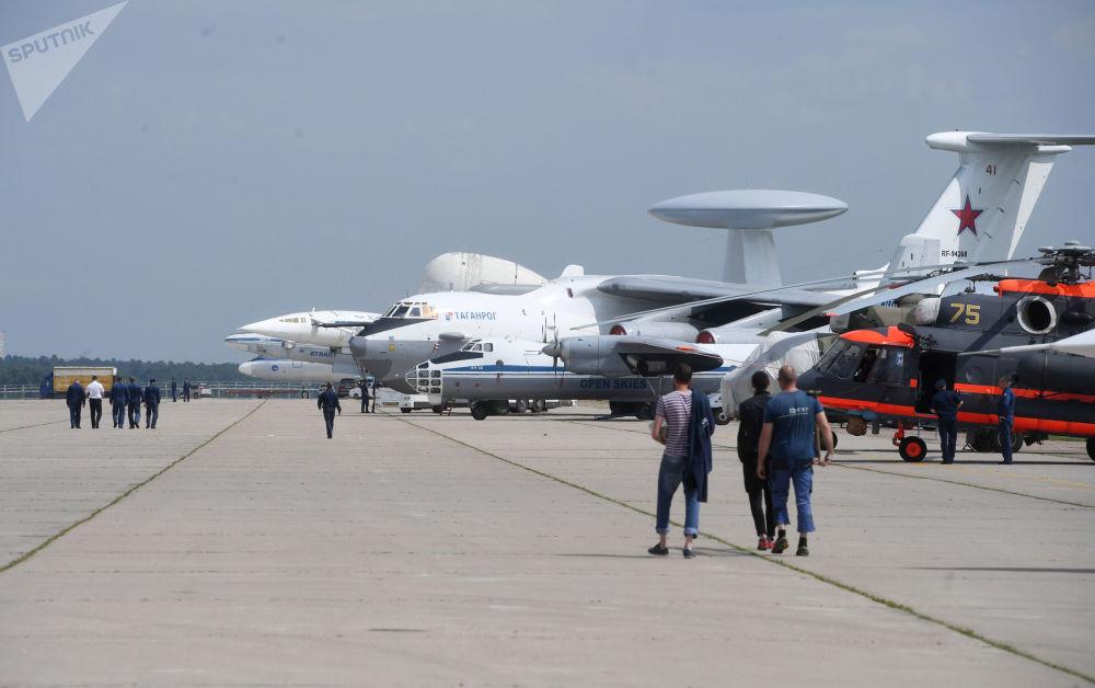 Samoloty na poligonie podczas przygotowań do otwarcia Międzynarodowego Salonu Lotniczego i Kosmicznego MAKS-2017 w Żukowskim.