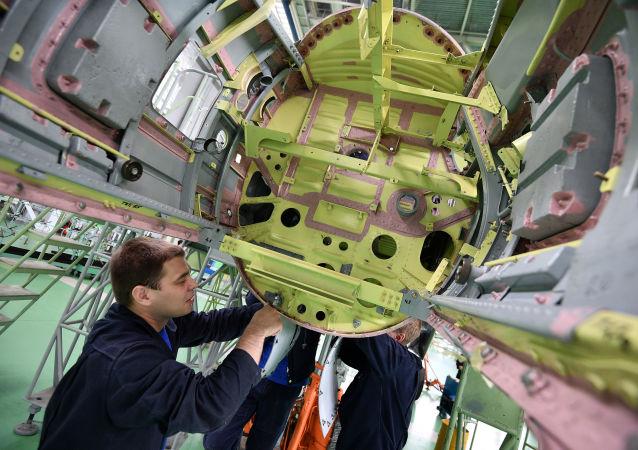 Pracownicy w hali montażowej myśliwców wielozadaniowych MIG-29.