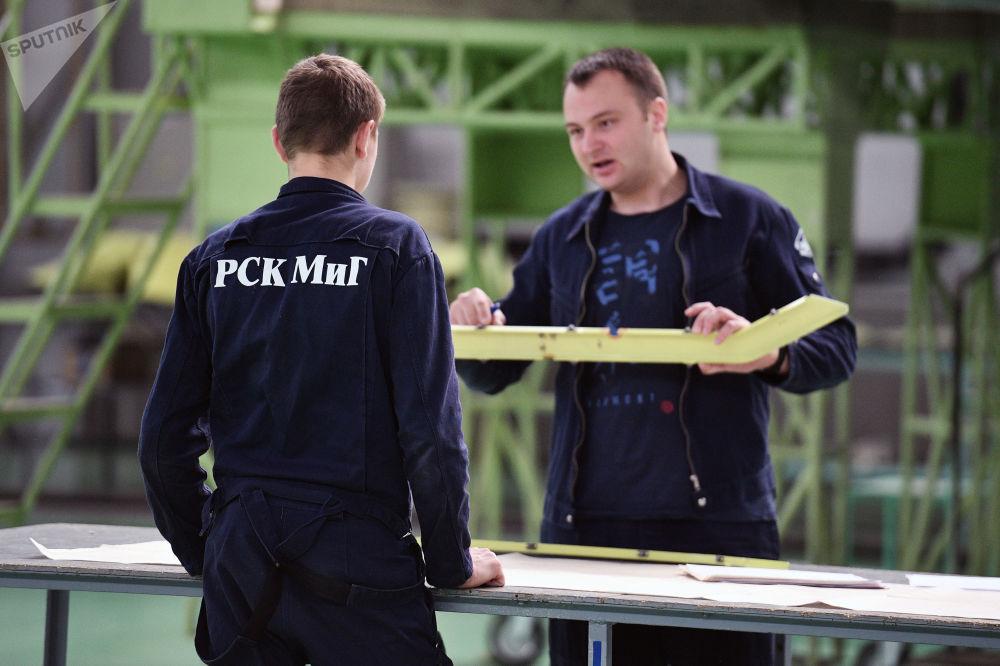 Inżynierowie w hali montażowej  wielozadaniowych myśliwców MiG-29.
