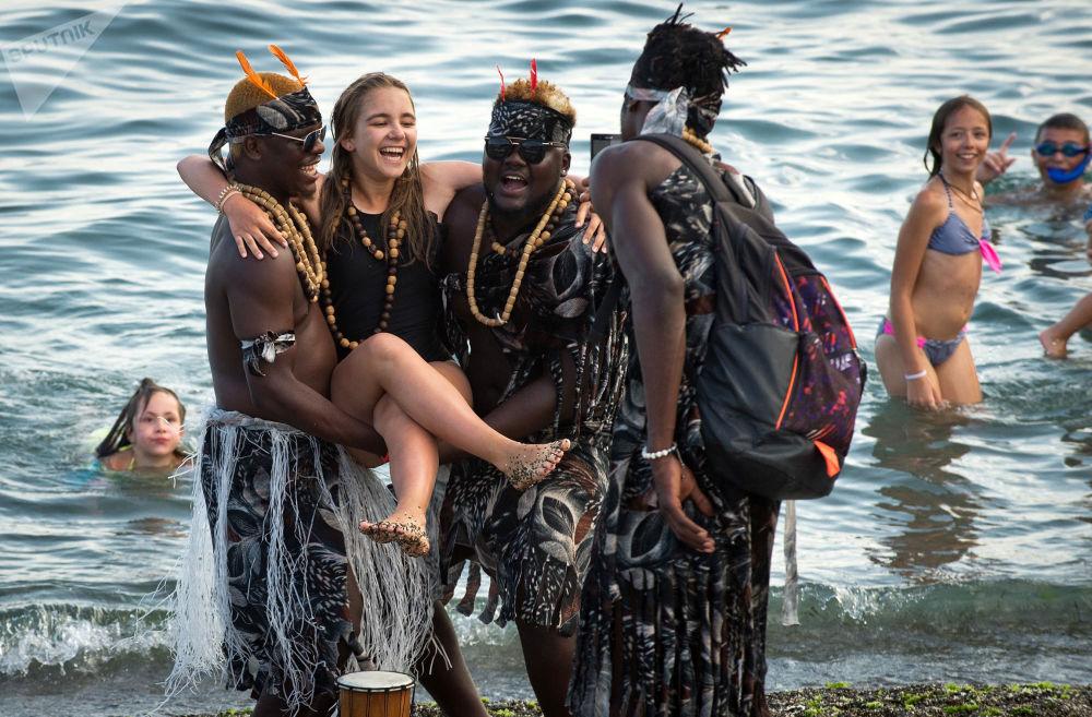 Fotografia z obcokrajowcami na plaży w Sudaku.