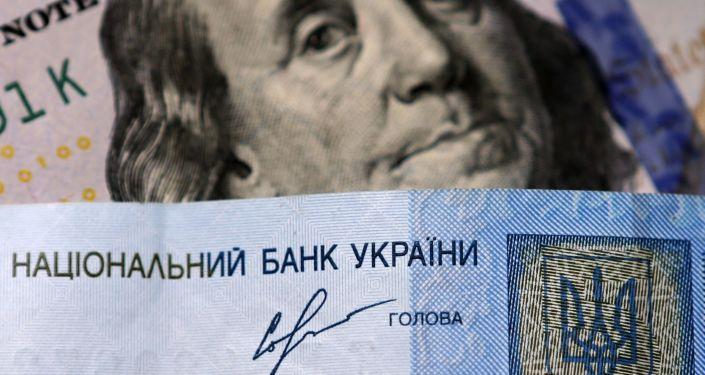 Banknoty dolarów USA i ukraińskiej hrywny