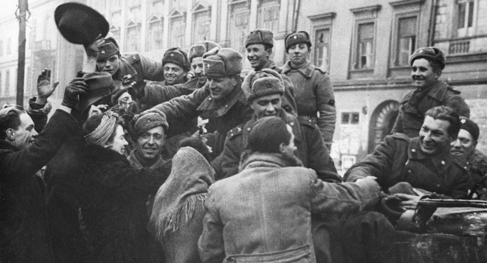 Mieszkańcy wyzwolonego Krakowa witają żołnierzy Armii Radzieckiej