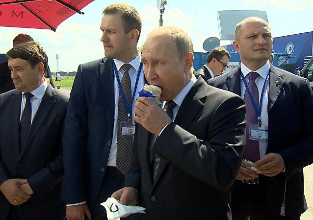 Putin częstuje lodami!