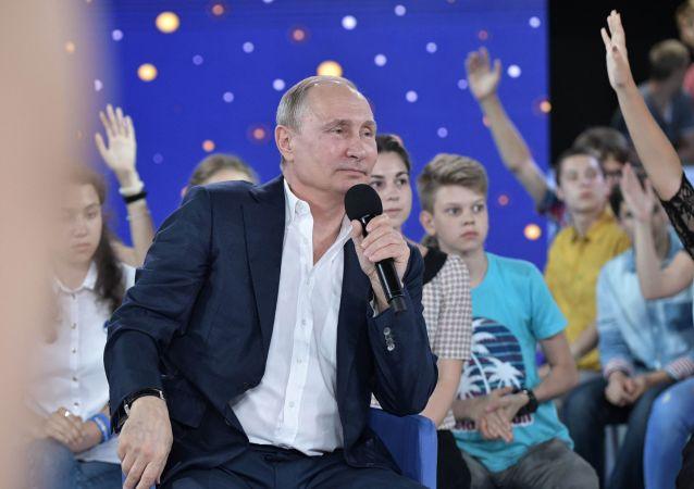 """Prezydent Rosji Władimir Putin podczas spotkania z wychowankami ośrodka """"Sirius"""
