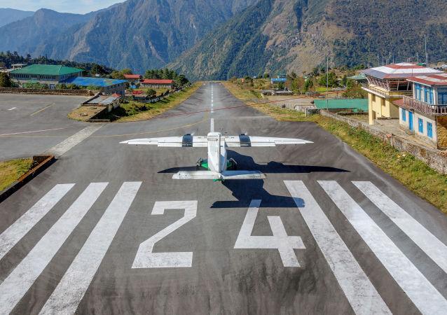 Samolot na pasie startowym na lotnisku Tenzing-Hillary Lukla, Nepal
