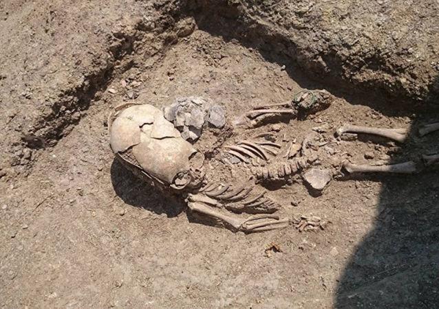 Grób półtorarocznego dziecka ze sztucznie zdeformowaną czaszką