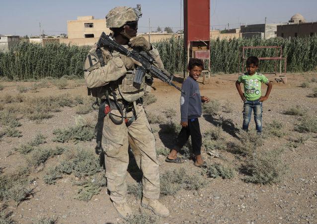 Amerykański żołnierz z syryjskimi dziećmi w Rakce