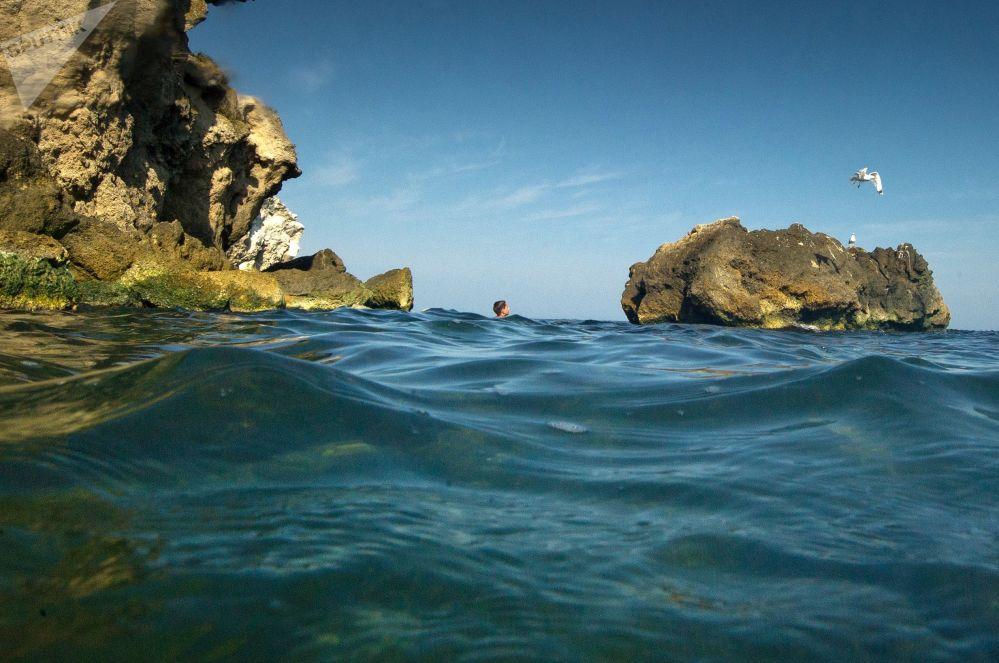 Chłopiec kąpiący się w Morzu Azowskim