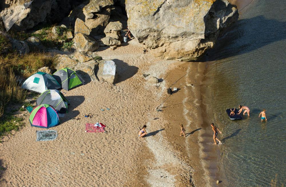Wczasowicze przy skałach