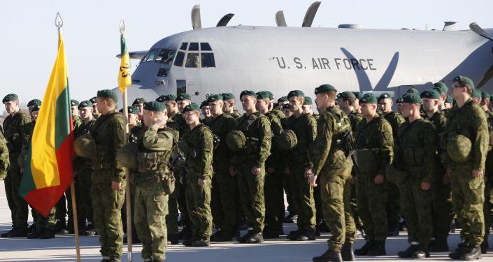 Amerykańscy wojskowi w bazie litewskich sił powietrznych w Szawlach