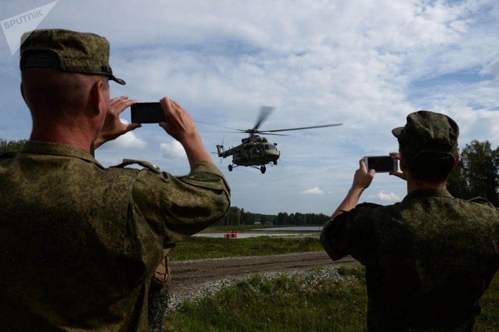 Helikopter Mi-8 transportuje grupę wojskowych podczas konkursu Najlepszy zwiadowca w ramach międzynarodowych gier wojskowa 2017