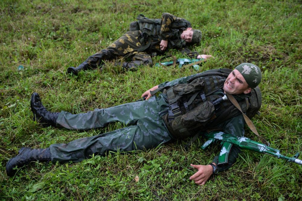 Żołnierze sił zbrojnych Rosji podczas konkursu Najlepszy zwiadowca  w ramach międzynarodowych gier militarnych 2017