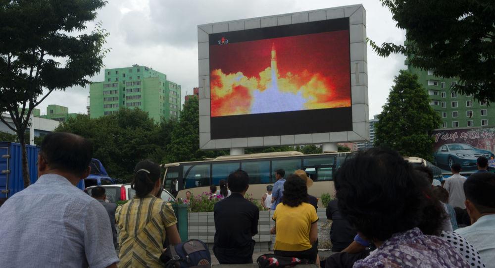 Wiadomości o starcie rakiety balistycznej w KRLD na telebimie w Pjongjangu