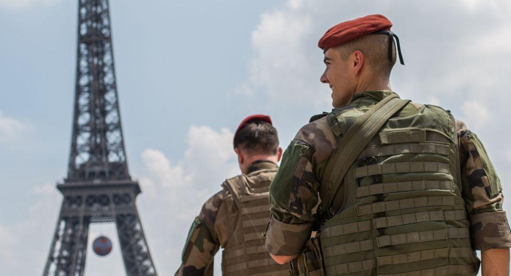 Francuscy wojskowi patrolują teren wokół Wieży Eiffla