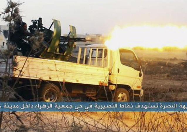 Terroryści islamskiej organizacji terrorystycznej Dżebhat an-Nusra w czasie walki
