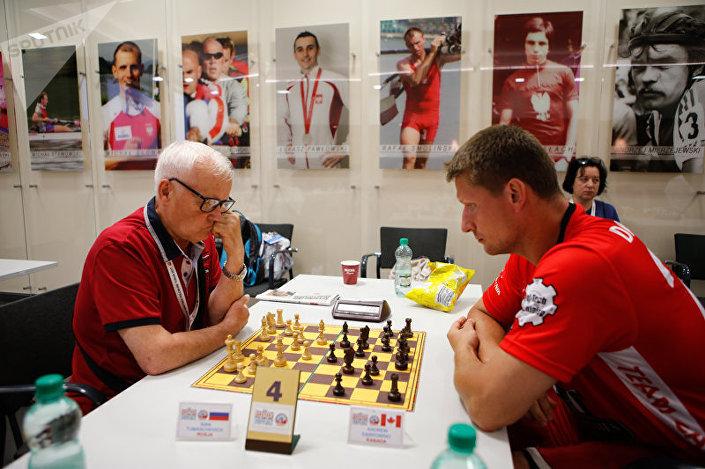 Zawodnicy z Rosji i Kanady ścierają się na szachownicy