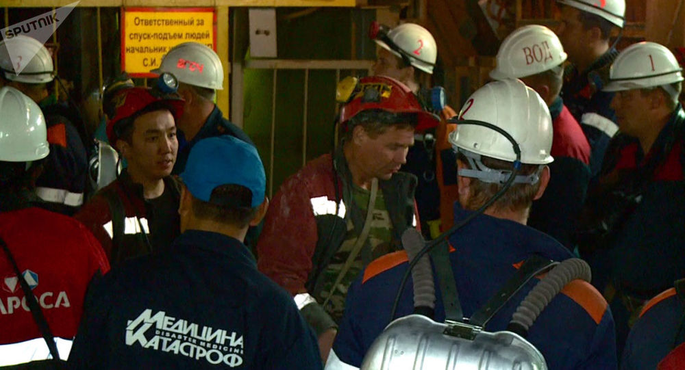 Ewakuowani górnicy w kopalni Mir