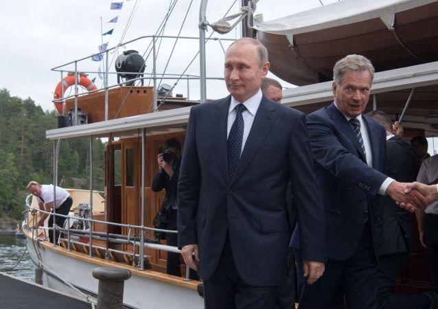 Prezydent Rosji Władimir Putin i prezydent Finlandii Sauli Niinistö po przejażdźce parostatkiem po jeziorze Pihlajavesi