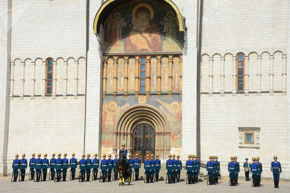 Zmiana konnej warty Pułku Prezydenckiego w ramach przygotowań do festiwalu Spasskaya Wieża