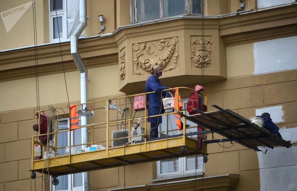 Prace remontowe na fasadzie budynku na Placu Smoleńskim