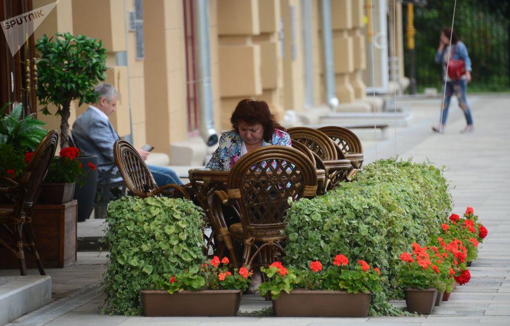 Goście kawiarni na ulicy Żitnaja w Moskwie