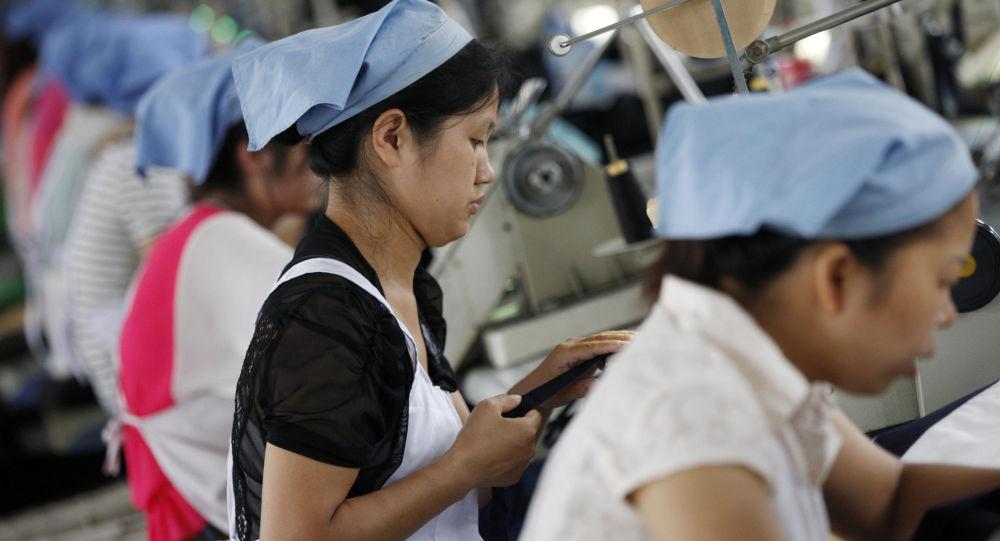 Chińscy robotnicy w szwalni w Huaibei