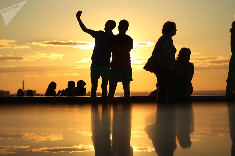 Sylwetki ludzi przy zachodzie słońca w Niżnym Nowogrodzie