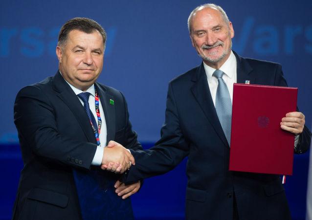 Minister obrony Ukrainy Stepan Połtorak i minister obrony Polski Antoni Macierewicz