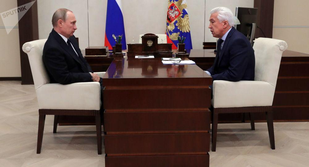 """Prezydent Rosji Władimir Putin i szef frakcji """"Jedna Rosja"""" Władimir Wasiljew podczas spotkania"""