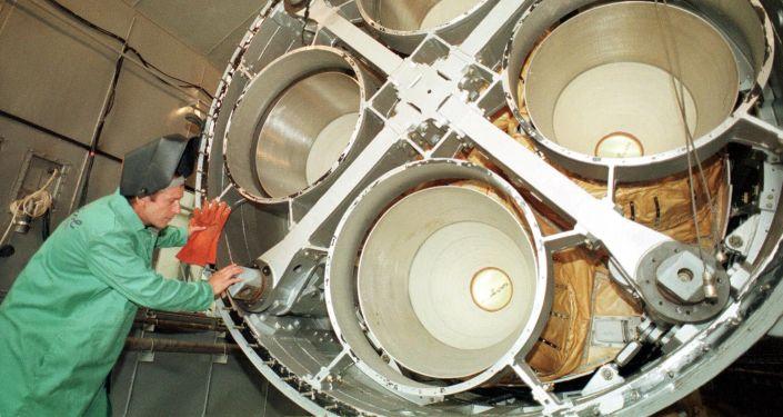 Inżynier firmy Jużmasz przy silniku rakiety balistycznej SS-19