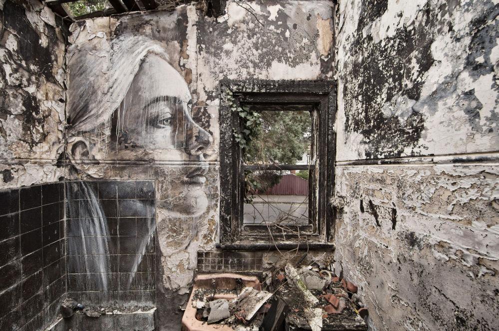 Portret kobiety australijskiego ulicznego artysty pracującego pod pseudonimem Rone