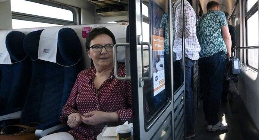 Premier Ewa Kopacz w pociągu
