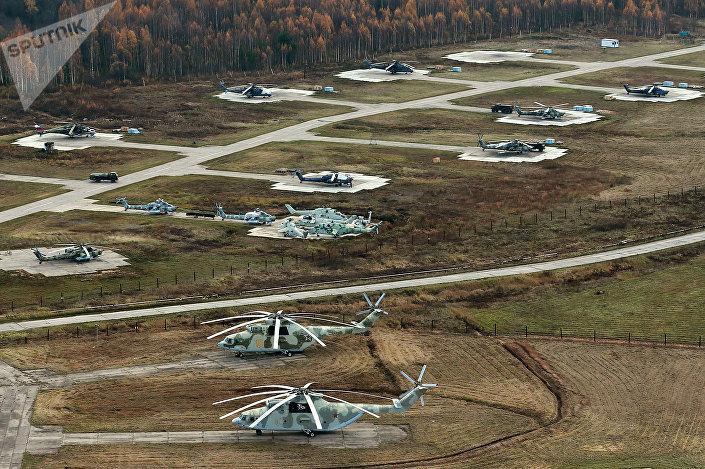 Śmigłowce MI-26 na lotnisku wojskowym w Torżoku.