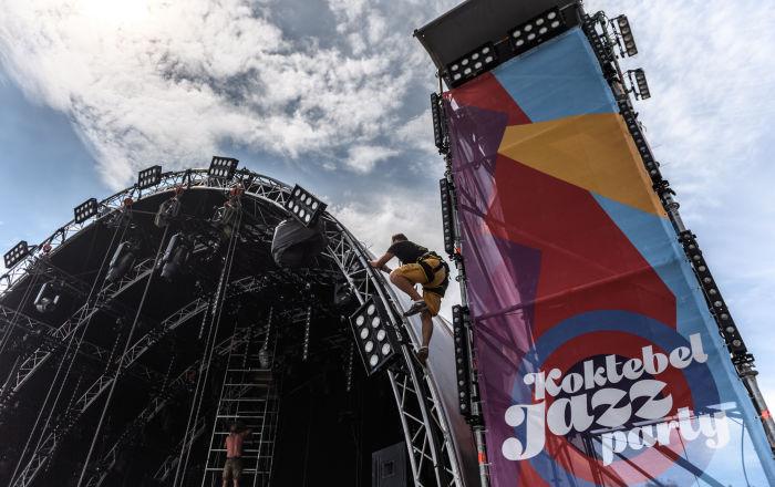 Pracownicy przygotowują scenę do 15-ego międzynarodowego muzykalnego festiwalu Koktebel Jazz Party