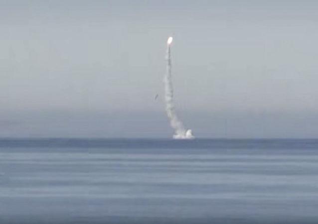 Start pocisku manewrującego Kalibr z atomowej łodzi podwodnej Siewierodwińsk na Morzu Barentsa