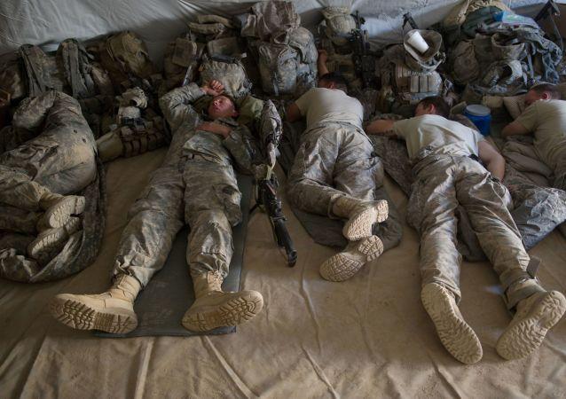 Śpiący amerykańscy żołnierze