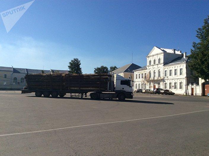 Ciężarówka przewożąca drewno w Torżoku.
