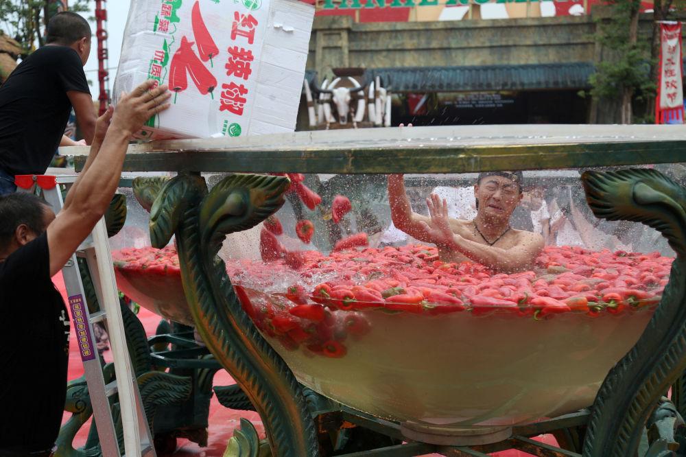 Uczestnik zawodów w konkurencji jedzenia papryki w prowincji Hunan, Chiny