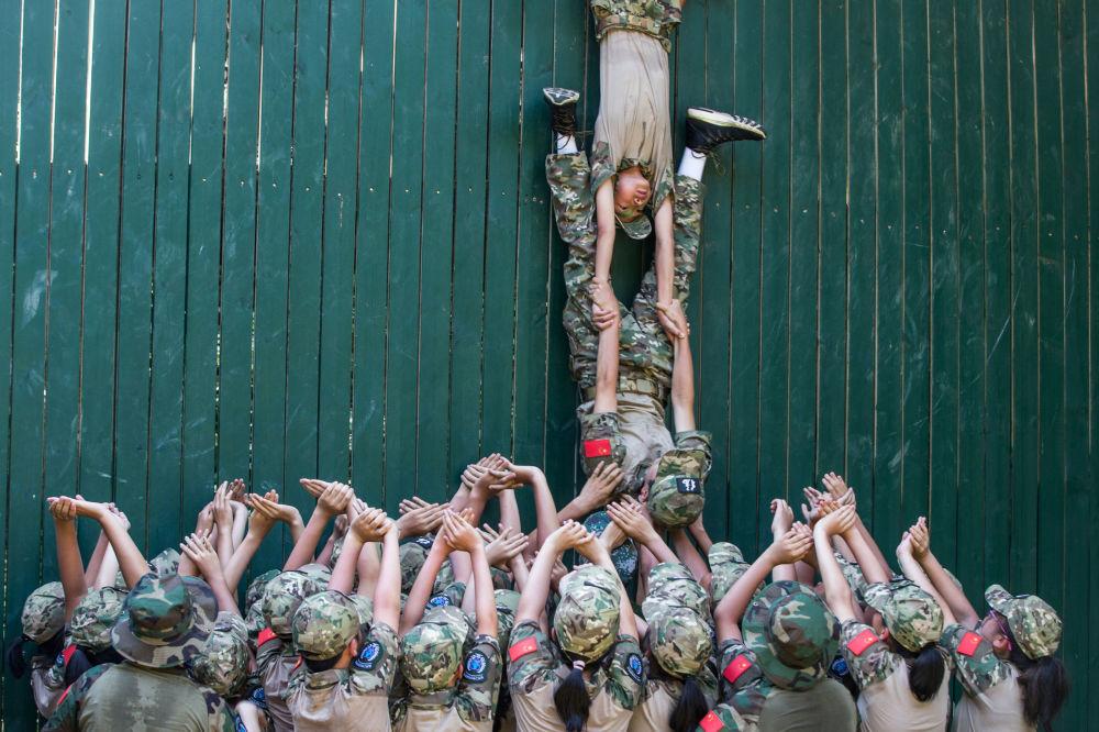 Szkolenie wojskowe w jednej ze szkół w Hangzhou, Chiny