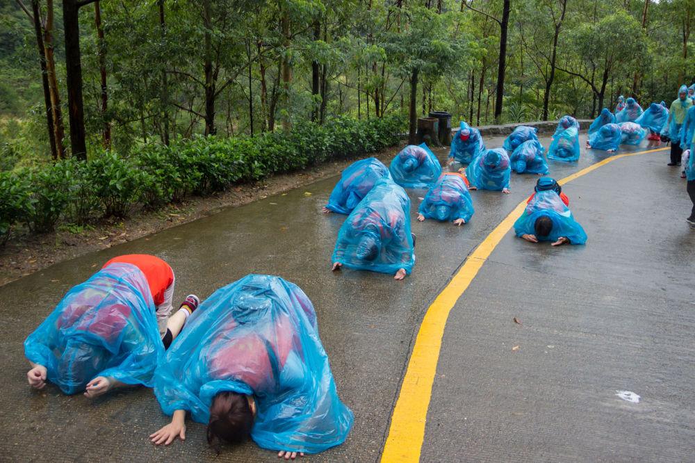 Ludzie modlą się w deszczu