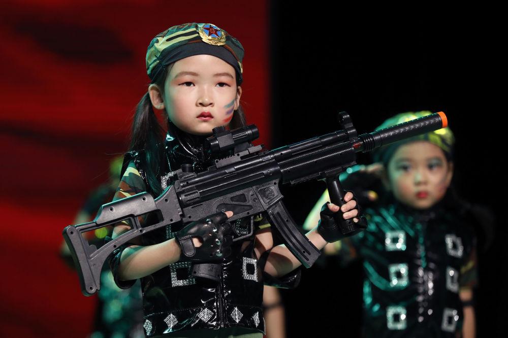 Chłopiec podczas przedstawienia w przedszkolu w Pekinie
