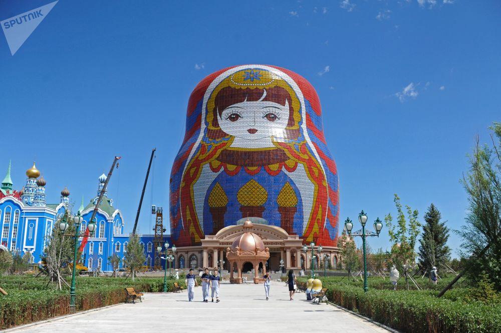 Matrioszka o wysokości 30 metrów na Placu Matrioszek w Manzhouli